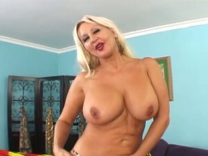Mature milf's pussy gets penetrated
