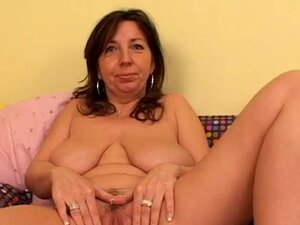 Mature chick with saggy boobs stretches pussy