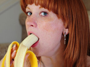 Pussy-to-mouth fuck with a banana