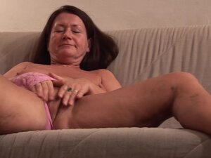 Hot granny Gusti Tschopp is masturbating her pussy