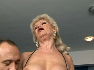 Horny Wild Granny Cums Thanks to a Fucking Machine