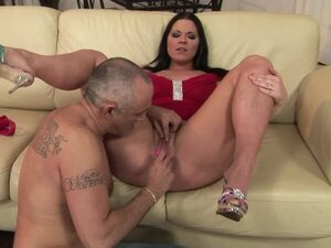 Simony Diamond lets some guy play with her meaty pussy