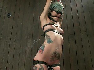 Blue-Haired Tattooed Babe May Not Move But She Enjoys The Fucking Machine