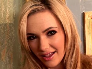Sophia Knight is a pretty babe with chubby lips