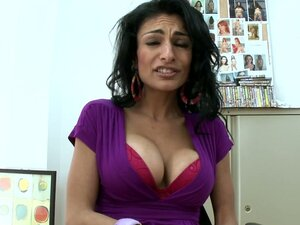 Seductive Persia Pele gives a blowjob