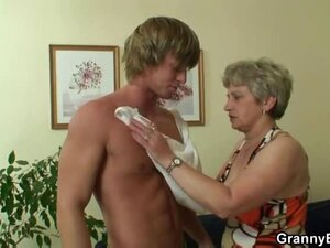 Tasty granny banged in wrinkled pussy