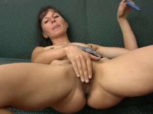 Haily mature Calmen play with dildo