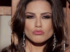 Chubby babe Sunny Leone shows off her body